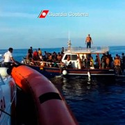 1004-italy-migrants-boat-sinking_full_600