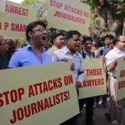 napad novinarji